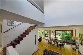 בית עם מפלסים וגשר אל מרפסת גג