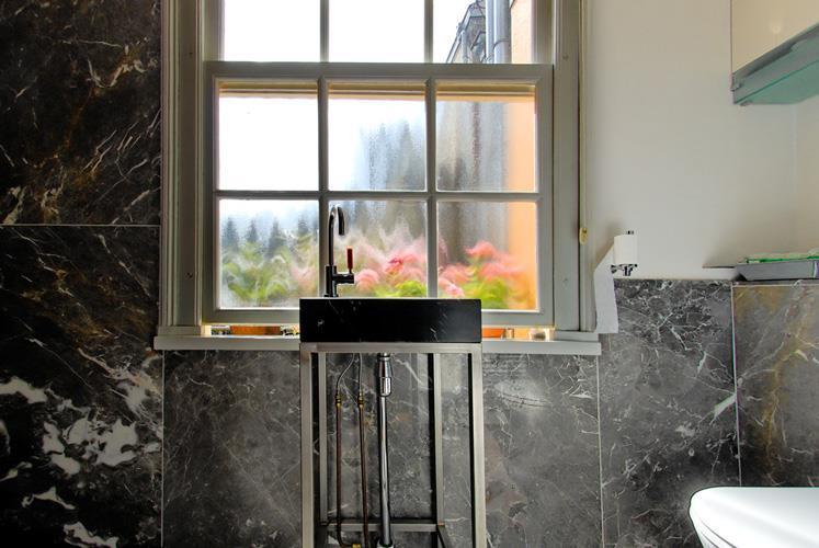 חדר אמבטיה בבית לשימור מהמאה ה17. אמסטרדם, הולנד