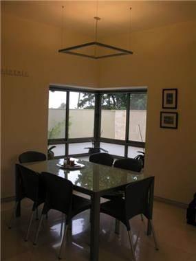 פרייס זיו - בית פרטי ברמת גן - מבט אל פינת האוכל והחלון הפינתי במטבח
