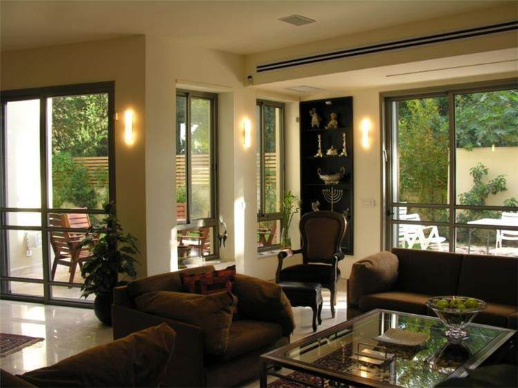 פרייס זיו - בית פרטי ברמת גן - מבט אל חדר המגורים והפטיו