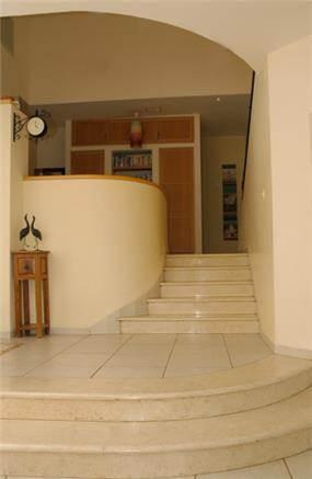 מדרגות מקשרות בין הסלון לפינת המשפחה
