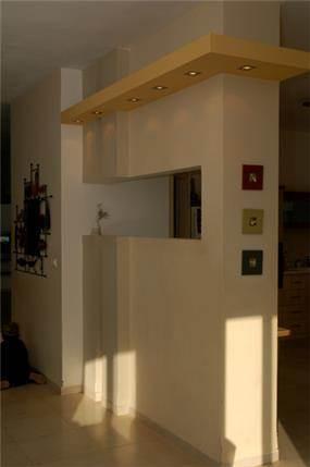 קיר הפרדה בין המטבח למבואה