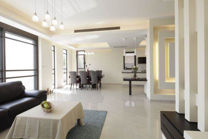 עיצוב סלון של בית פרטי בסגנון מודרני בשילוב נישות גבס. עיצוב: בשתי דיזיין סטודיו