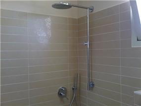 חדר אמבט עם חיפוי קיר עבודת אומנות הצבע והגבס