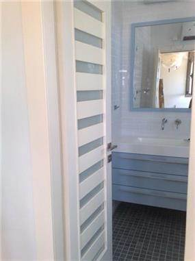 מבט לכניסה של חדר אמבץ בשיפוץ אורן קרני