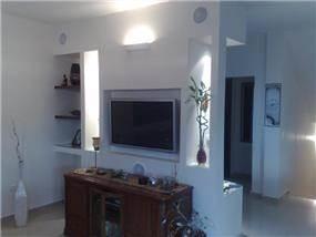 מבט לסלון בעיצוב ושיפוץ של אורן קרני