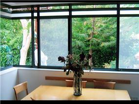 חלונות בלגים מזכוכית שקופה וחלבית - אלומיניום אלי