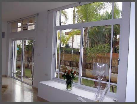 חלון בלגי אלומיניום צבע לבן, בשילוב דלתות