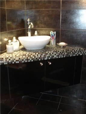 נישת כיור ואחסנה לחדר האמבטיה בעיצוב באובב