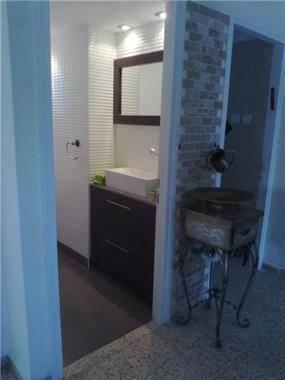 כניסה לחדר אמבטיה בעיצוב באובב