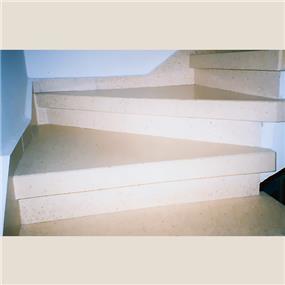 מדרגות מוזאיקה פודסט עם מדרגות משולשות