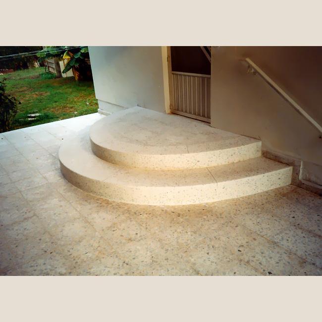 מדרגות מעוגלות בכניסה לבית  של בני מדרגות