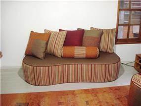 כורסא עם כריות נוי תואמות של מפרדיית וויסאם