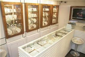 ארונות תצוגה בחנות תכשיטי ויקטוריה בעבודת נגרות של בית הנגר