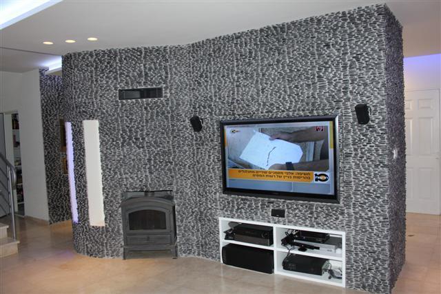 """סלון מעוצב בדגש על חיפוי הקיר -בריקים בעיצוב ייחודי להתאמה אישית ללקוח בעיצוב ותכנון של כהן אברהם בע""""מ"""