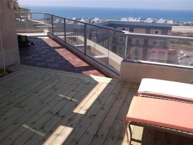 דקים מ 2 סוגים הנמצאים במרפסת הבית בתכנון וביצוע של פרקט טים