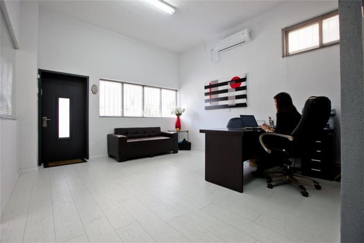 """משרד אלגנטי עם חלל גדול ,עיצוב ושיפוץ מוקפד, ע""""י הגורם האנושי"""