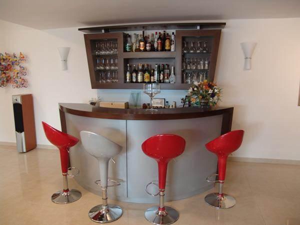 בר משקאות מעוצב עם ארון משקאות תואם , בתכנון ועיצוב אישי