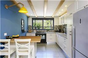 מבט מהסלון למטבח הכפרי המעוצב