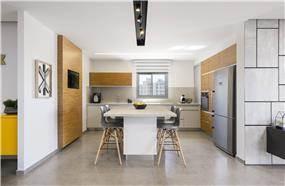 מטבח מודרני בלבן עם מבט לסלון