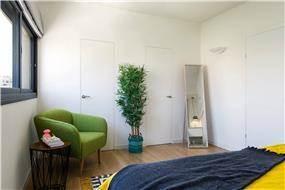 חדר שינה בסגנון נקי ורגוע