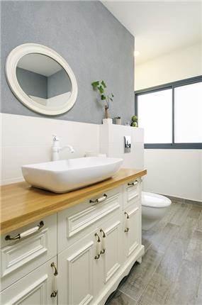 חדר אמבטיה בסגנון כפרי ונגיעות לבן