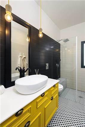 חדר אמבטיה מעוצב בנגיעות של צהוב ושחור