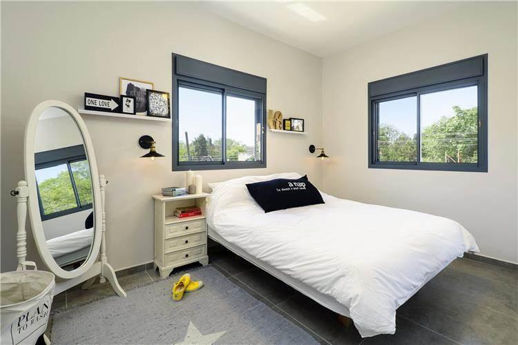 חדר שינה מעוצב בדירת 3 חדרים שהפכה ל- 4 חדרים