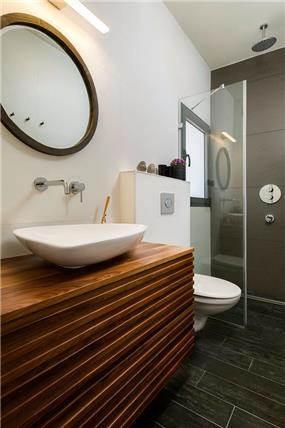 אמבטיה ושירותים בגוונים חומים