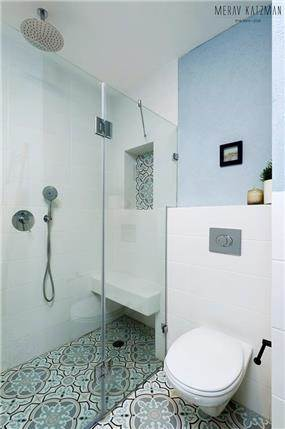 שירותים עם מבט למקלחון