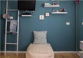 קיר כחול בחדר נערה