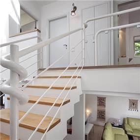עיצוב בית מודרני  ברמת החייל - מבט לגרם המדרגות