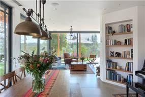 מבט נוסף לסלון בבית פרטי עם נוף לגינה