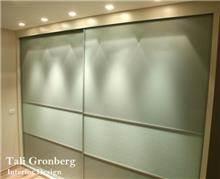 ארון קיר בחדר שינה בעיצובה של טלי גרונברג