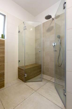 מקלחון עם ספסל בנוי, ענת רגב - אדריכלות אחרת