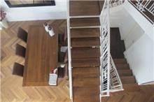 מדרגות בבית בשרון, בעיצובה של שירלי דן