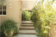 כניסה לבית פרטי ברמת השרון, בעיצוב גני עמרם