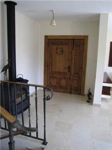 בית במושב חגור מבט למבואת כניסה, מירי גור אדריכלות ועיצוב פנים.