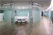חדר ישיבות הבנוי בצורת אליפסה מזכוכית, טלי מאיר פיק