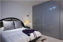 חדר שינה מודרני וביתי הכולל ארון קיר גדול. עיצוב: יוסי שאול YS-DESIGN