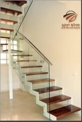 מדרגות עץ אדום