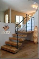 מדרגות עץ מעורב