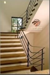 מדרגות עץ חום