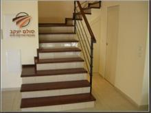 מדרגות עץ אגוז