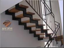 מדרגות תלויות מעץ