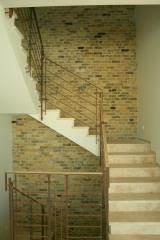 מדרגות טרוורטין ממולא בשילוב חיפוי קיר