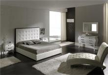 מיטה מעוצבת בצבע לבן
