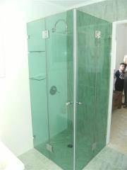 מקלחון זכוכית לאמבטיה בגוון ירוק