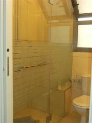 מקלחון זכוכית מחוספס