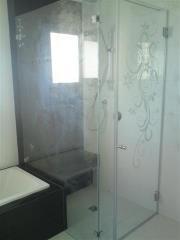 מקלחון זכוכית עם עיטורים